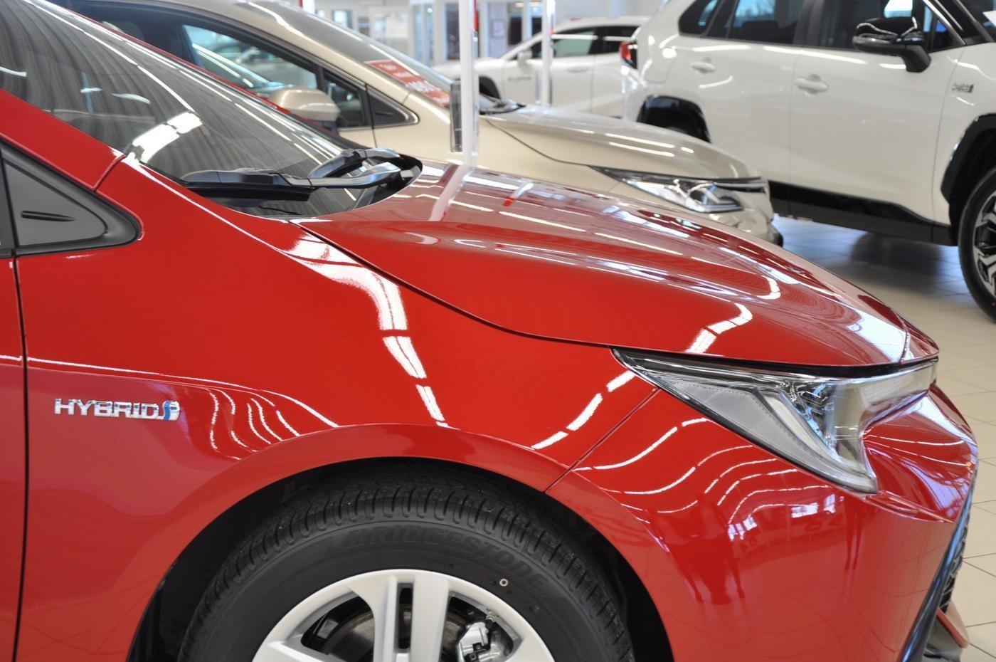 nya bilar utställda i bilaffär