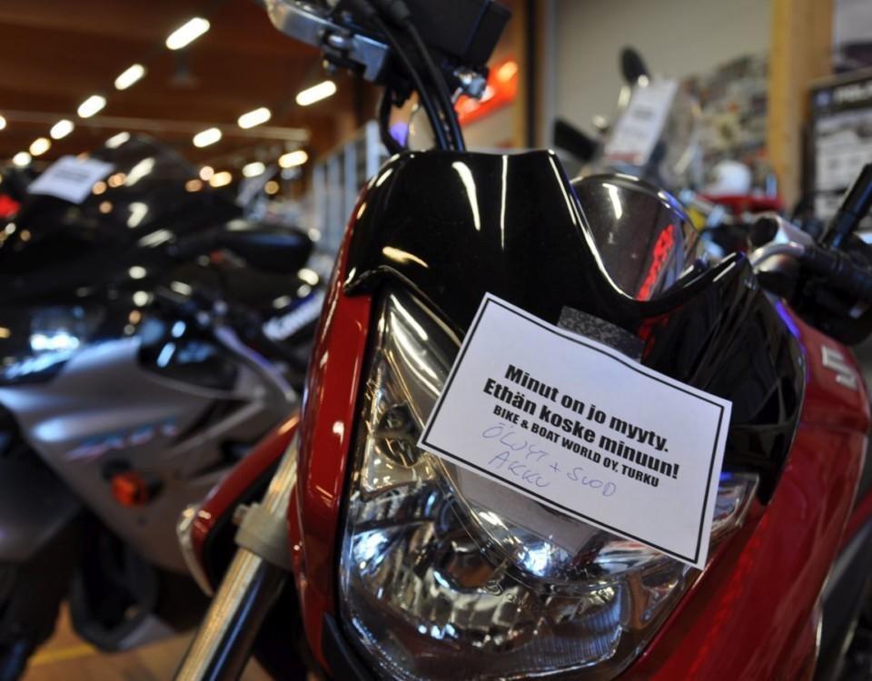 Motorcykel i motorcykelaffär