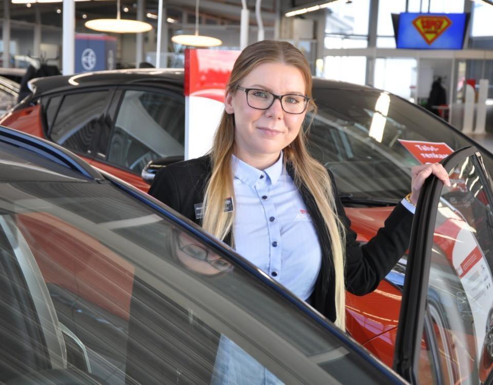 kvinnlig bilförsäljare i bilaffär