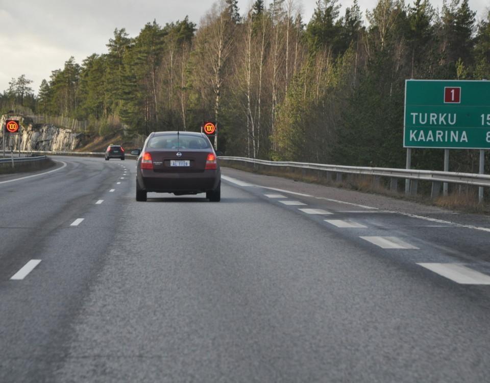 bilar kör på motorväg