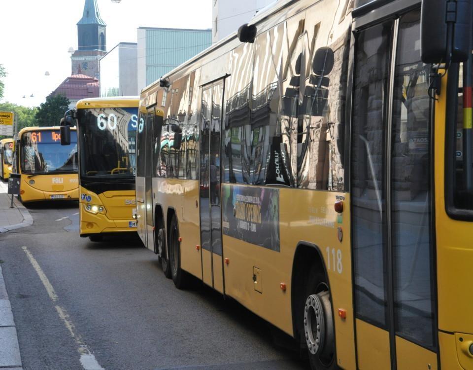 gula bussar i rad längs gatan