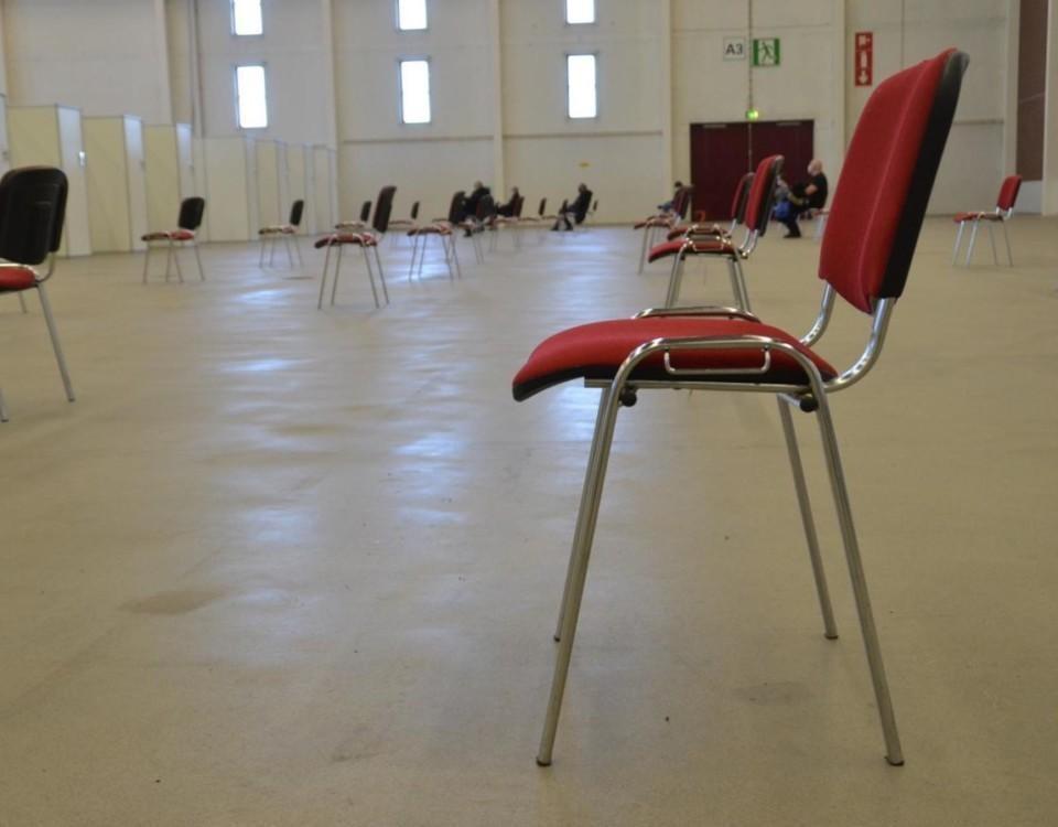 En tom stol i en stor sal.