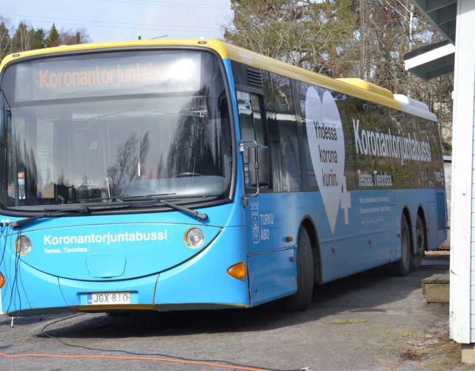 En buss med texten koronatestaus.