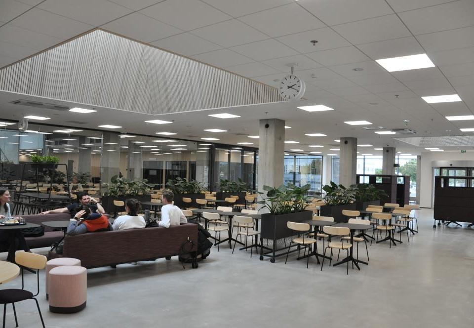 studerande i Åbo yrkeshögskolas matrestaurang i Kuppis