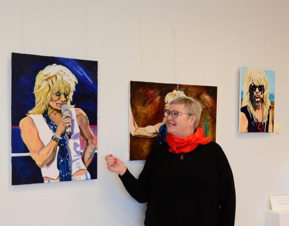 en kvinna och en målning