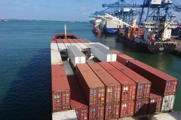 Ett stort containerfartyg i hamn.