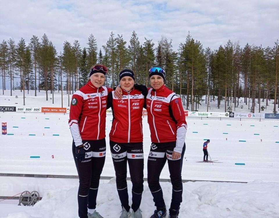 Tre skidåkare som poserar för kameran.