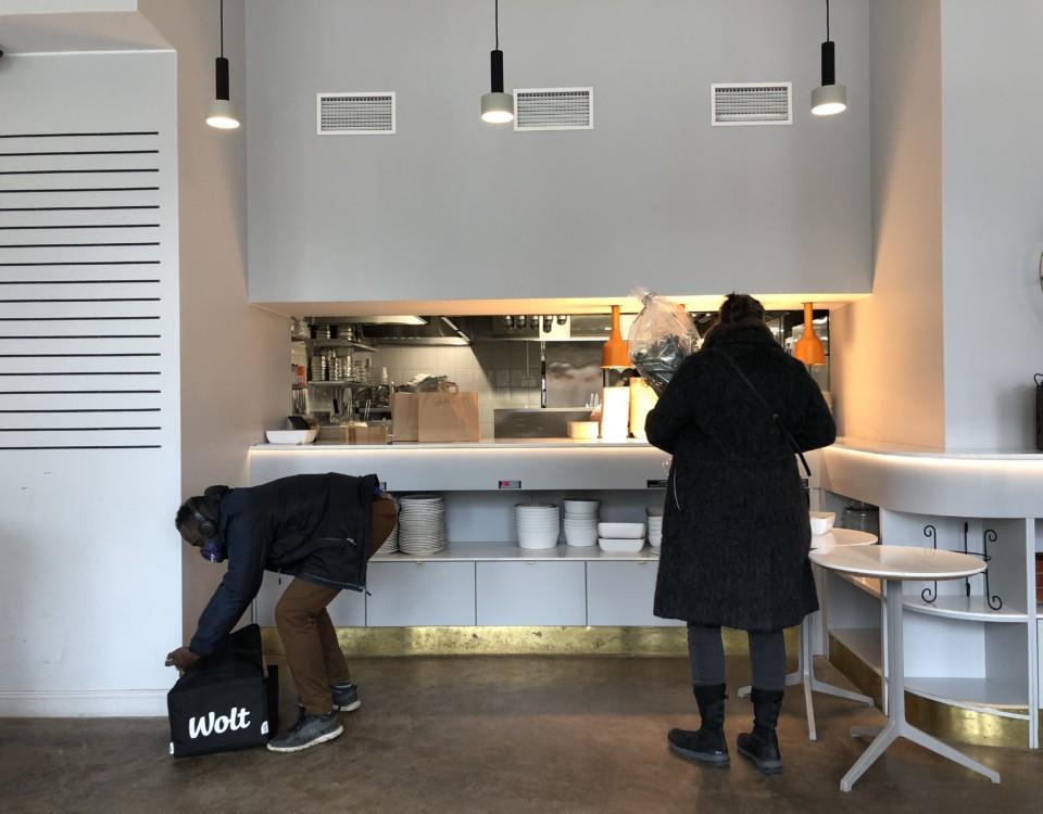 personer hämtar mat från ett restaurangkök