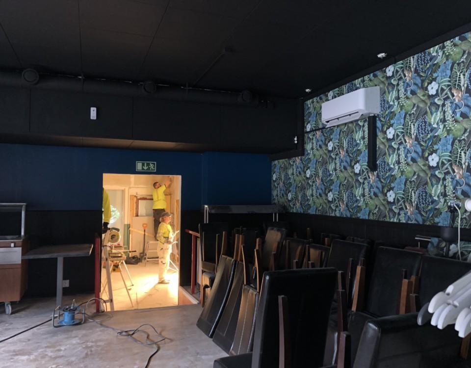 tom restauranglokal med blågröna väggar