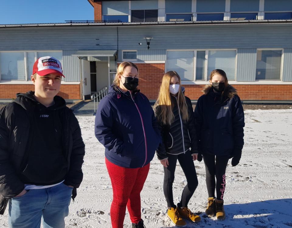 fyra elever utanför en skola
