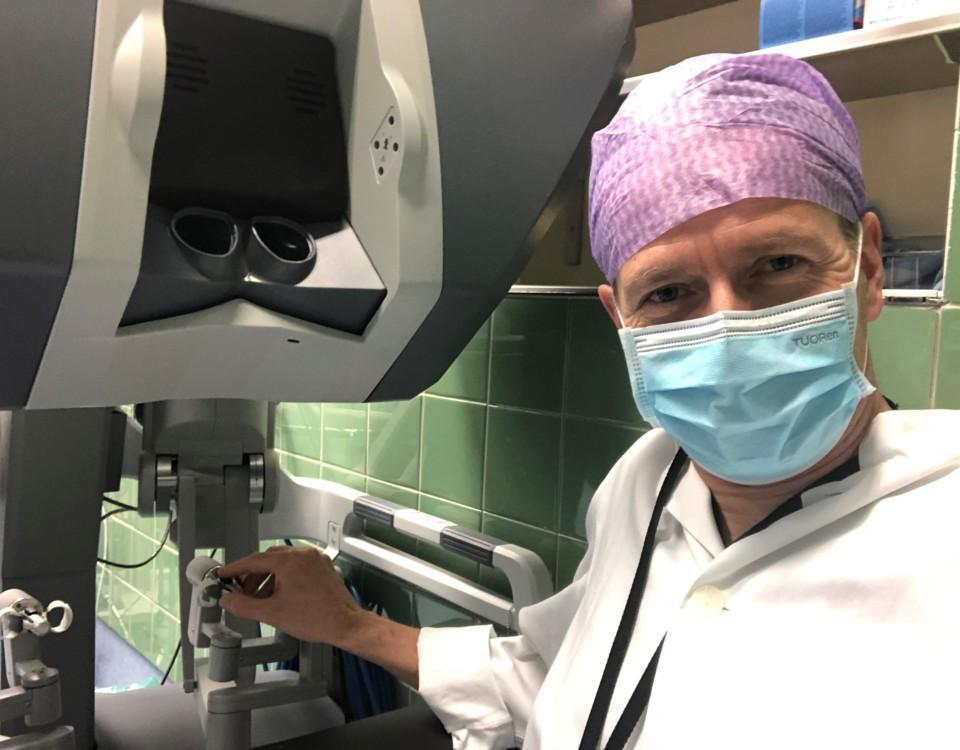 en kirurg med munksydd