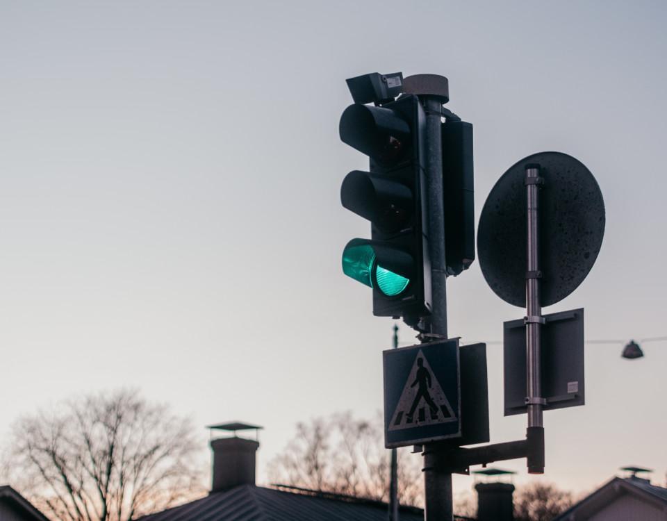 Grönt trafikljus i närbild