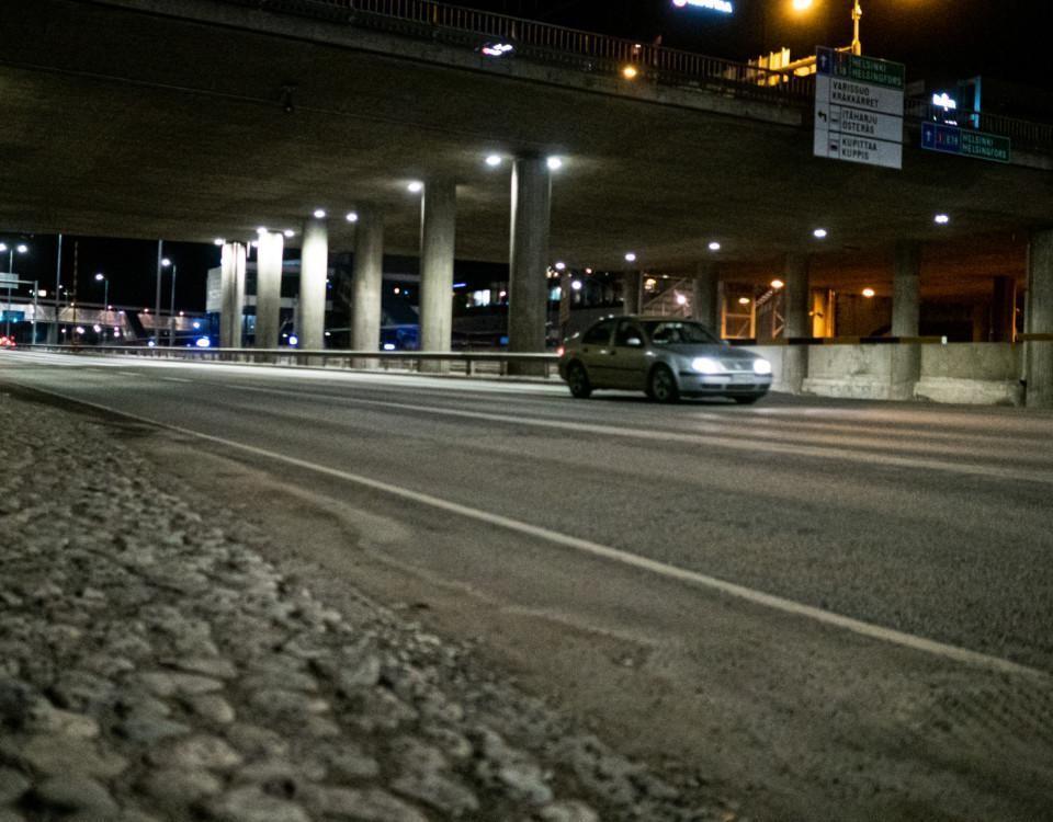 Bil på väg i natten.