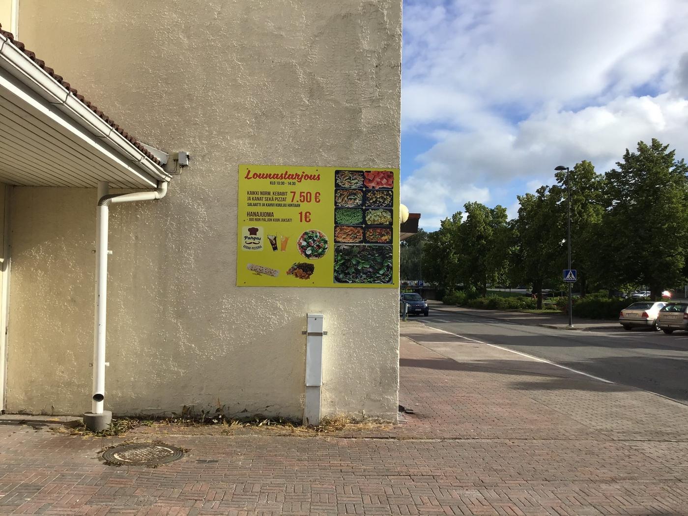 husvägg med en skylt om pizzor