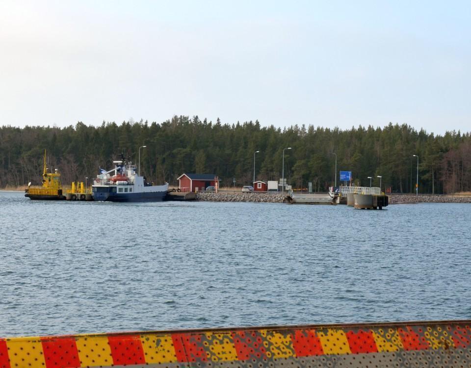 färja och förbindelsebåt i en hamn