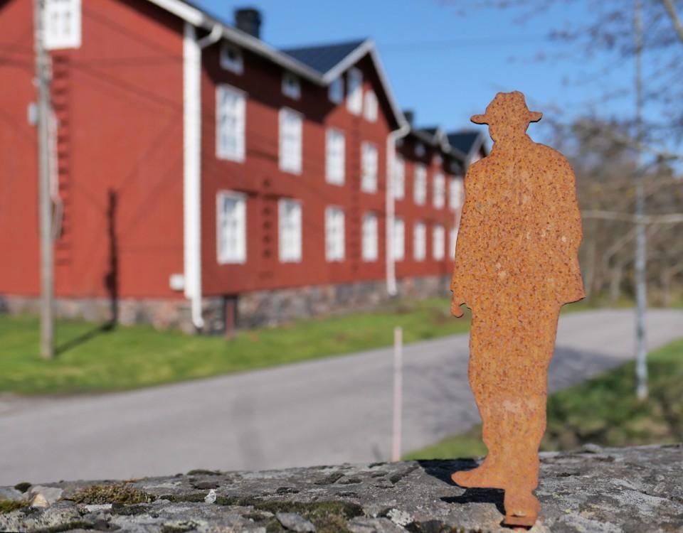 kasern med en man i miniatyr i förgrunden
