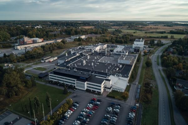 En fabriksanläggning fotograferad från luften.
