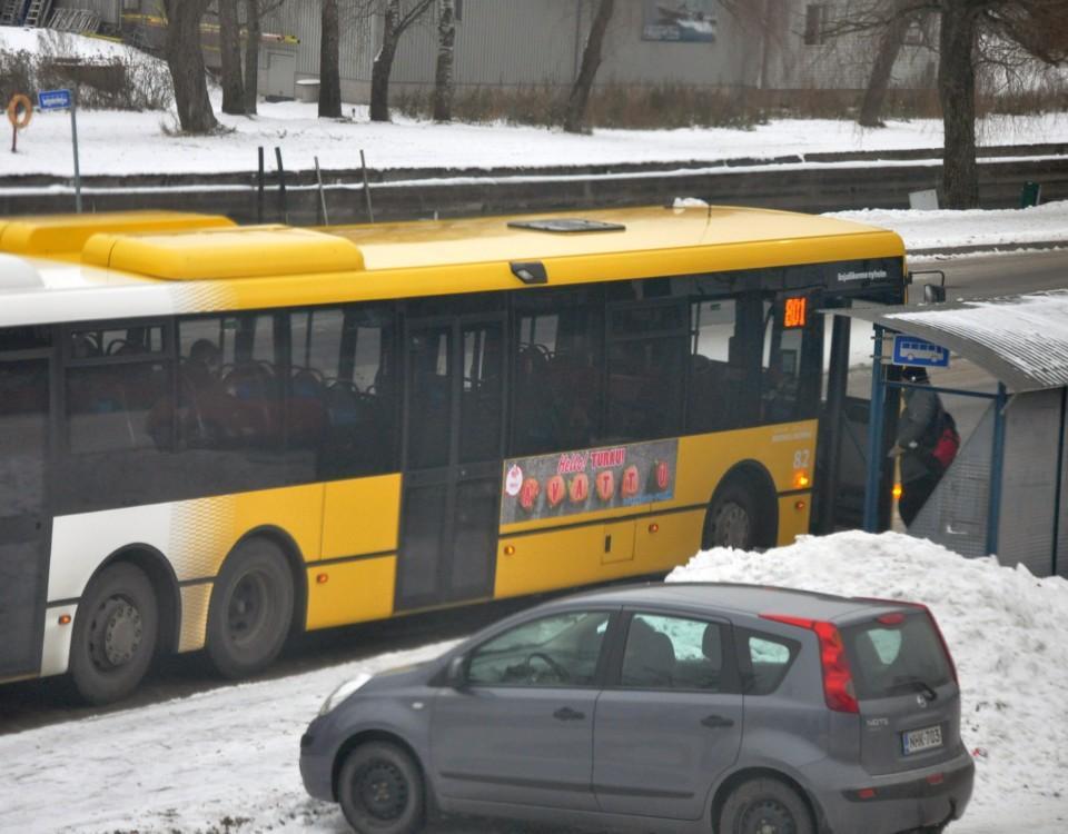 en resenär stiger på en buss i snön