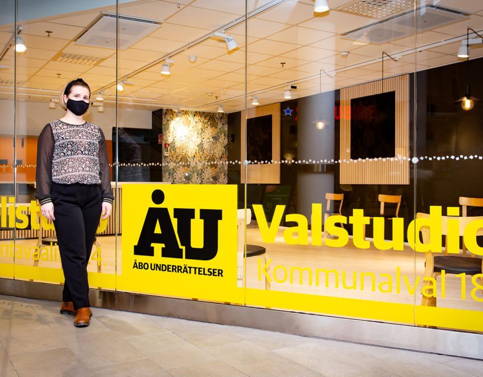 kvinna fotograferad i köpcentrum