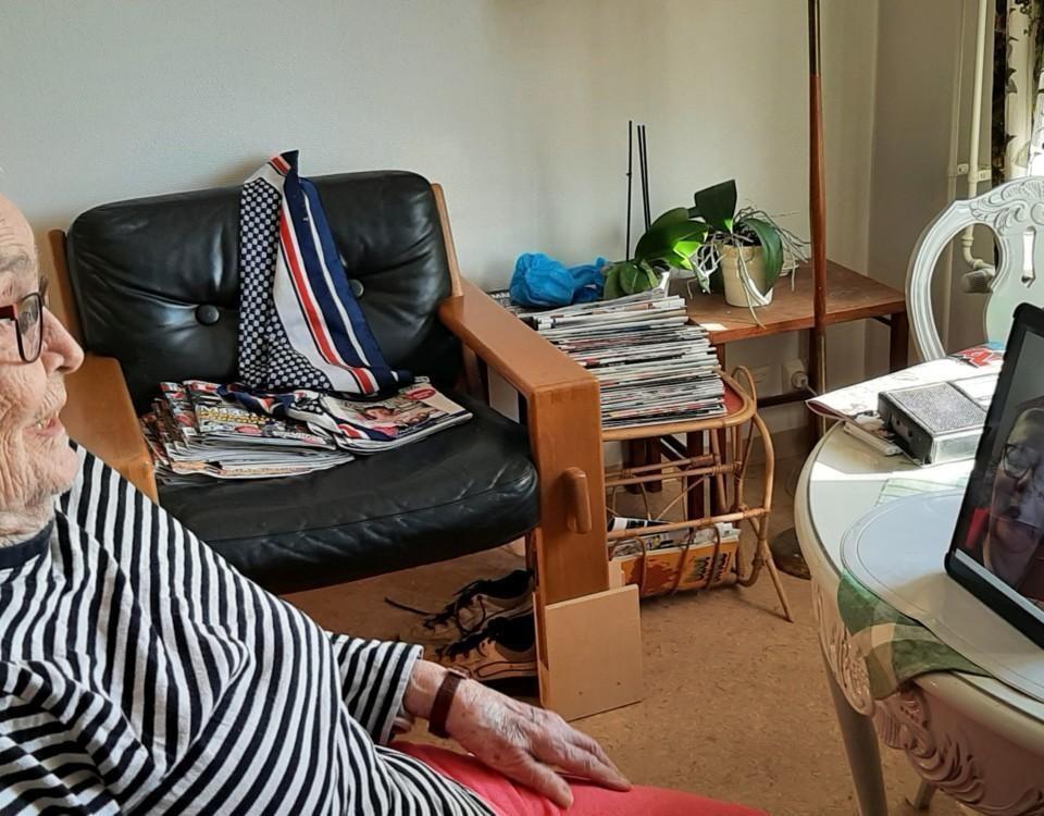 en äldre kvinna talar ett videosamtal