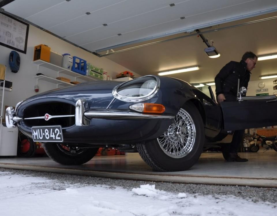 Gammal sportbil i garage