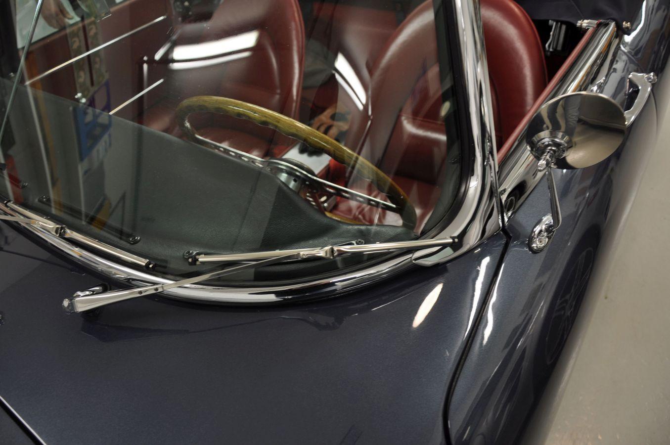 Sportbils vindruta, vindrutetorkare och sidospegel