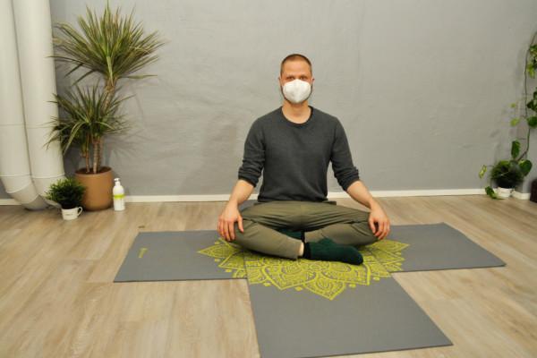 en man yogar