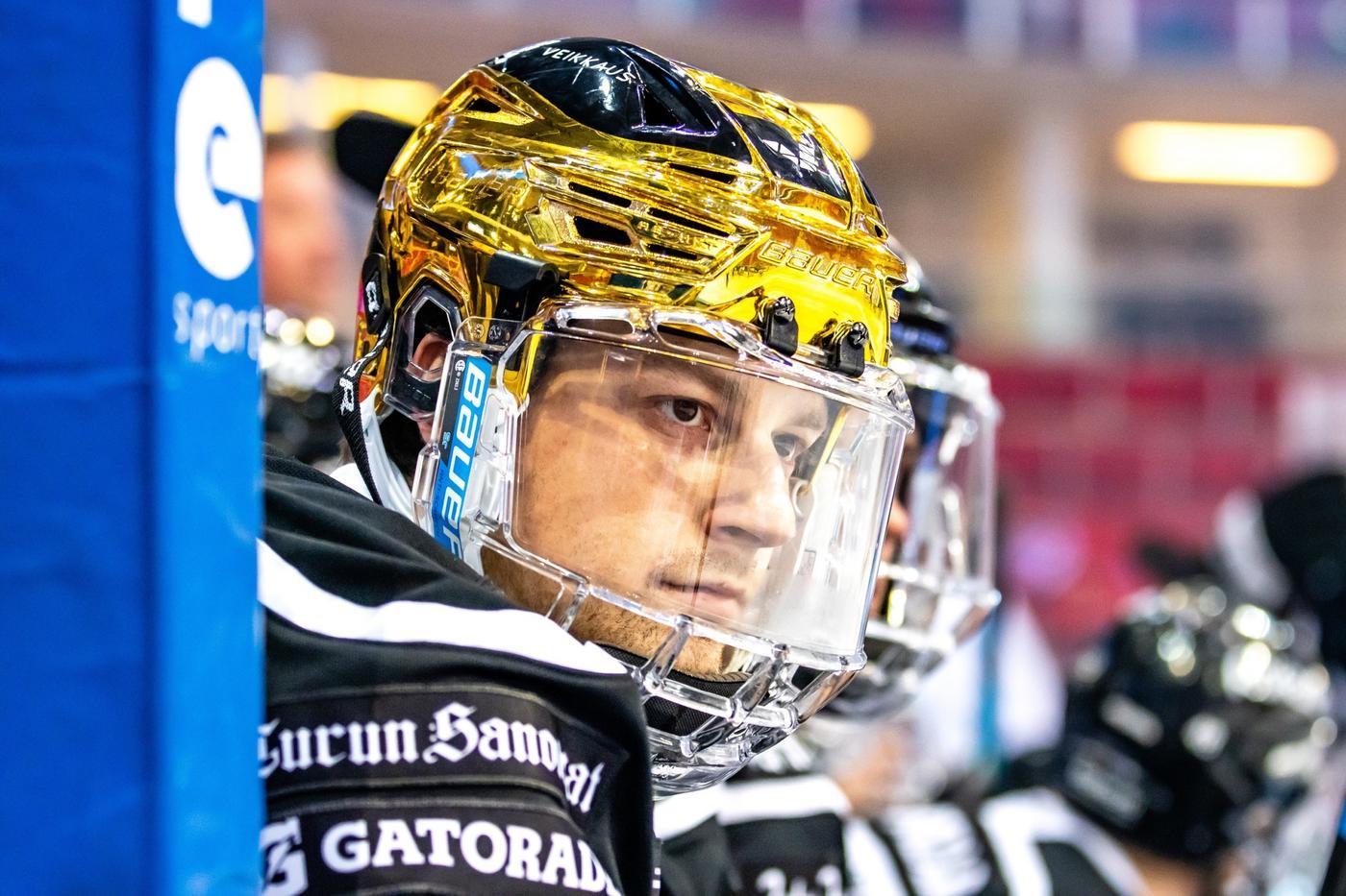 Ishockeyspelare i båset