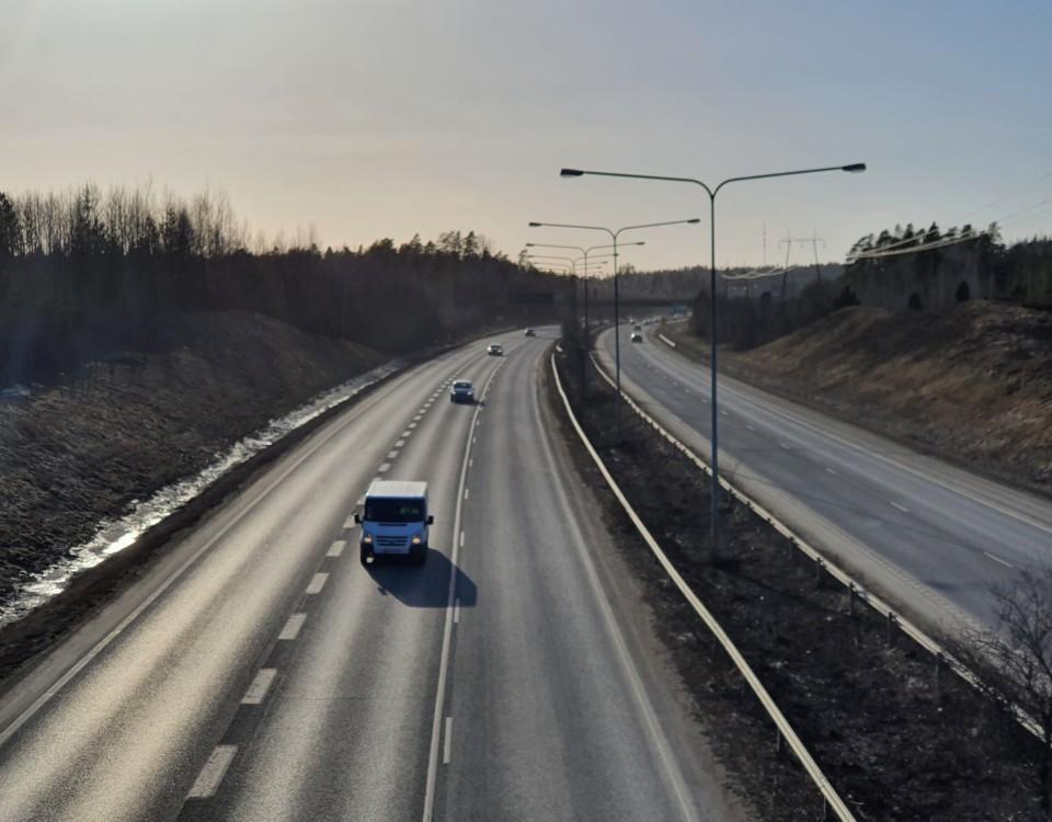 En motorväg med en bil.