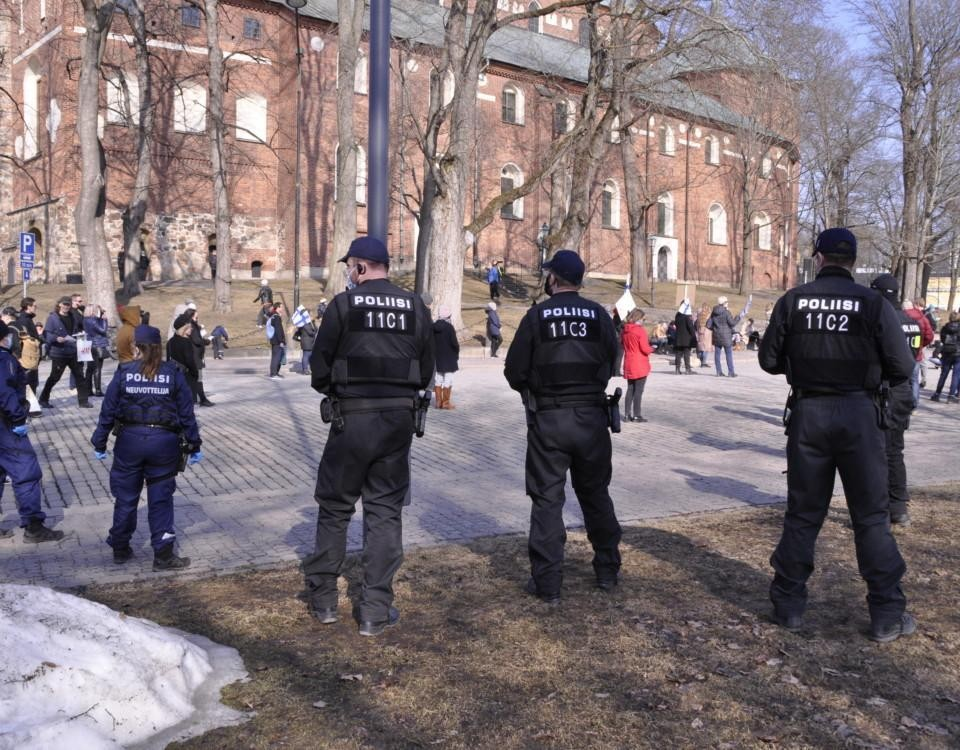 poliser framför en skvär