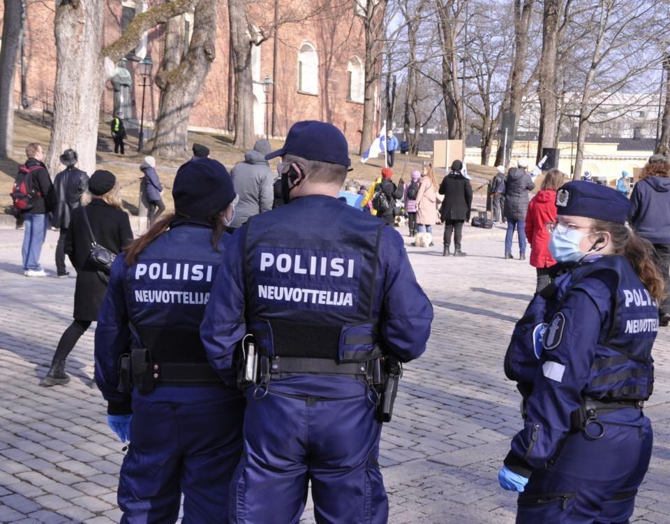 tre poliser på en demonstartion