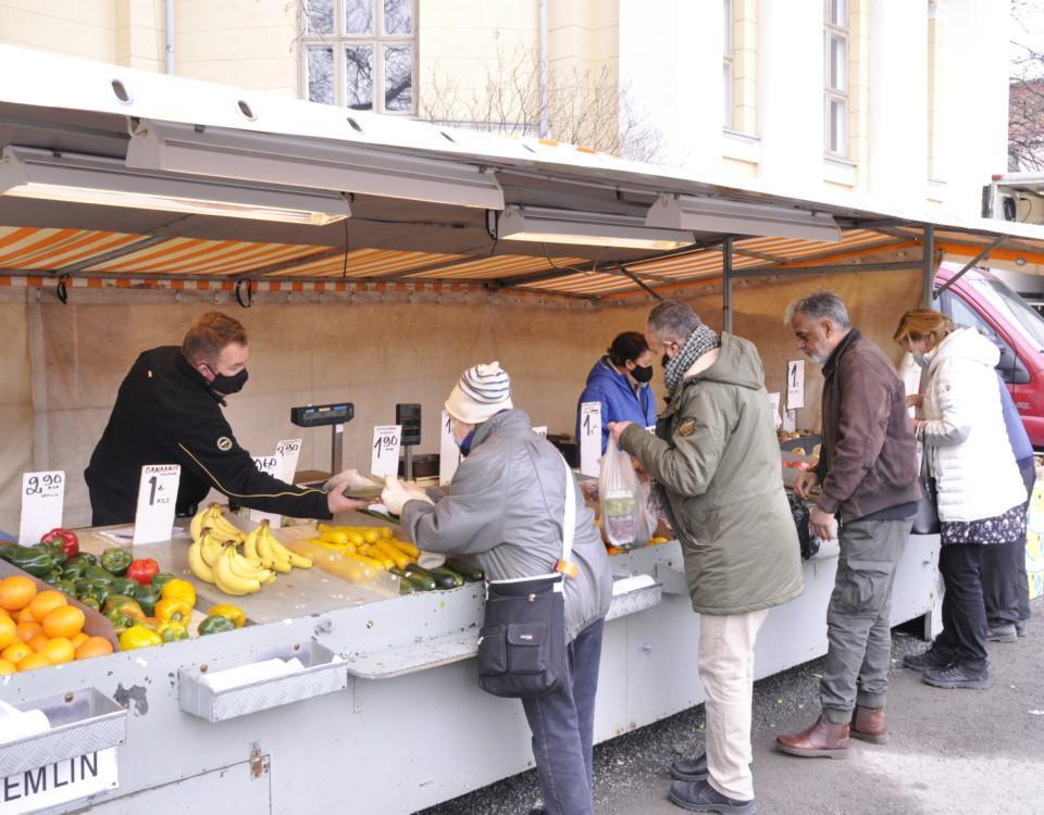 En torgföräljare säljer frukt