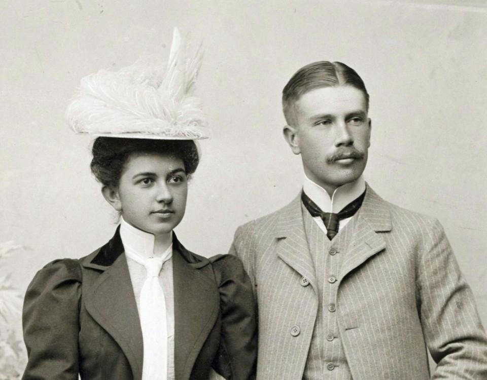 Par poserar på gammalt fotografi