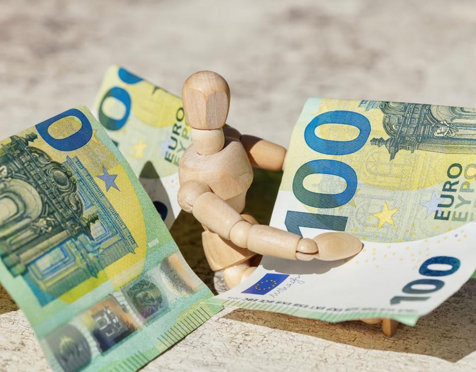 pengar på ett bord