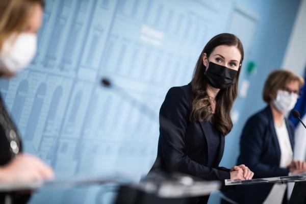 en kvinna i svart munskydd