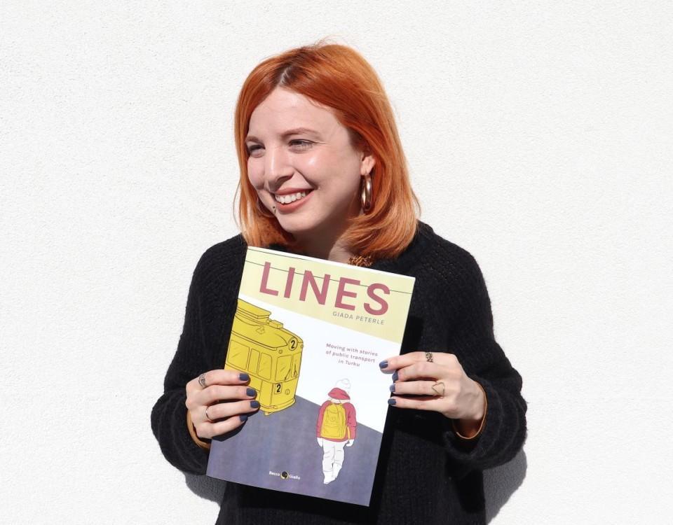 Kvinna håller upp seriealbum
