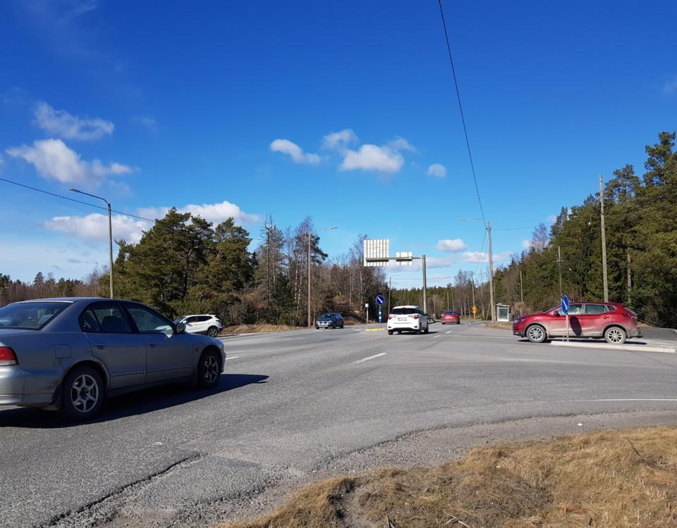livligt trafikerad korsning på landsbygden