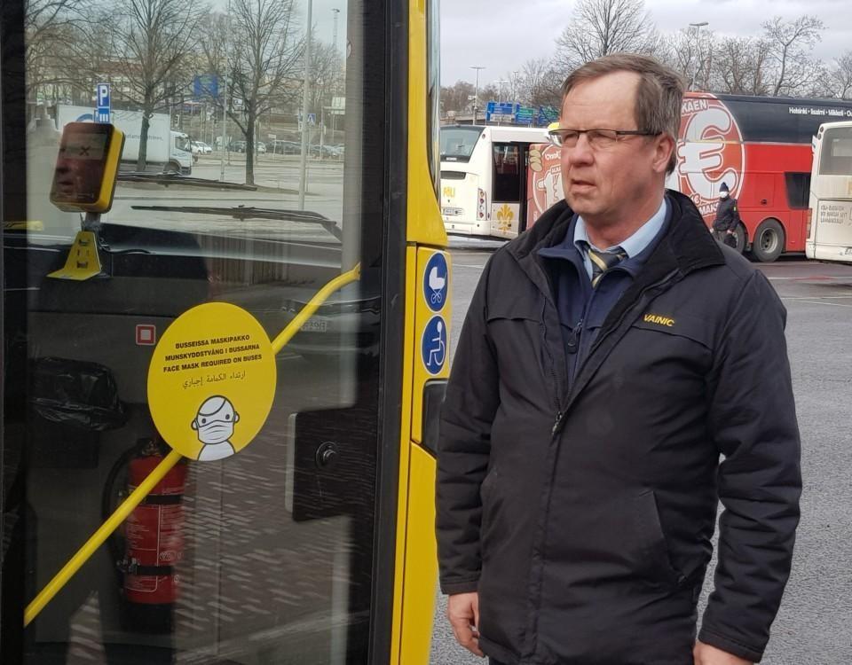 en man vid en buss