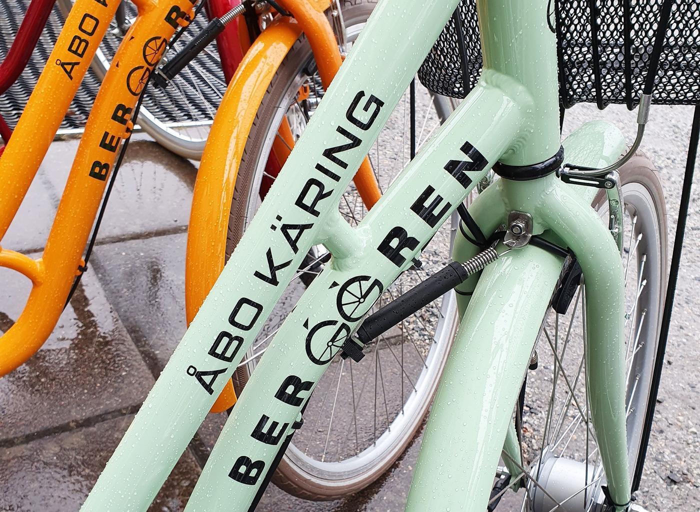 Detaljbild från en mintgrön cykel.