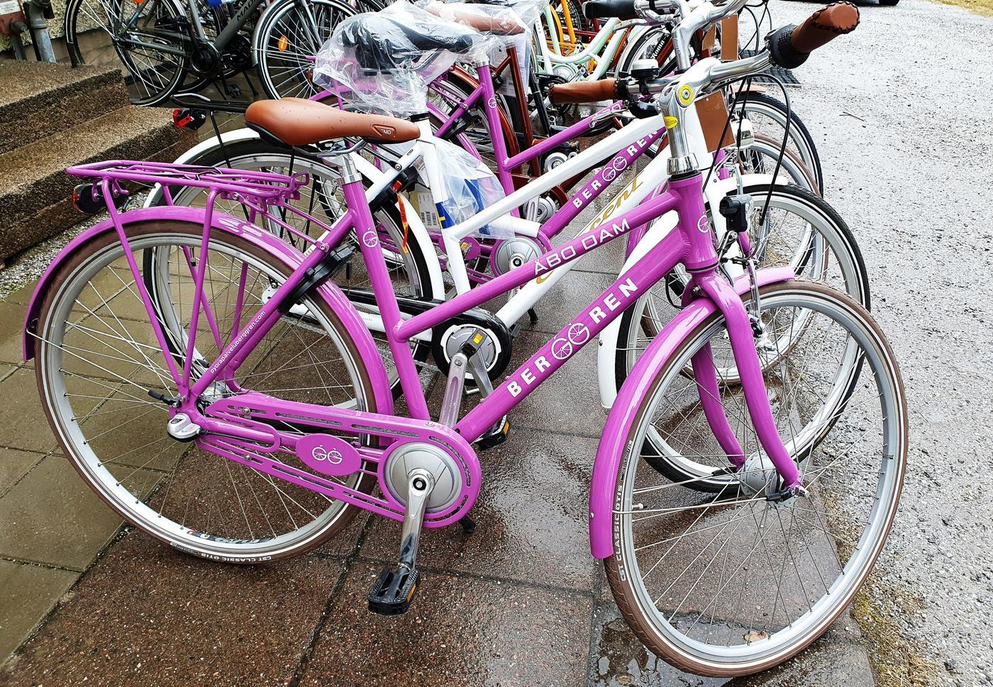 En lila cykel.