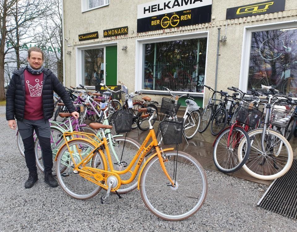 Man står med cyklar framför en cykelaffär.
