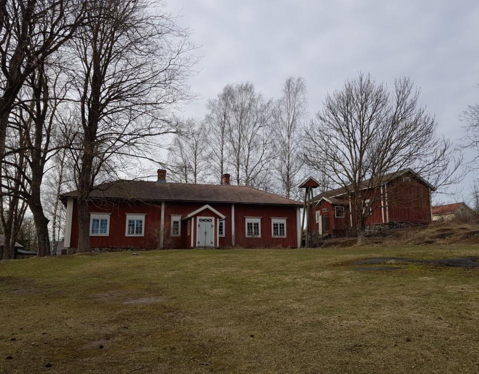 gräsplan och hembygdsmuseum