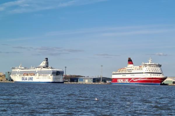 Två passagerarfartyg i hamn