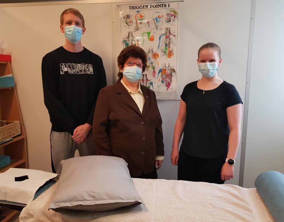 tre personer står i ett behandlingsrum