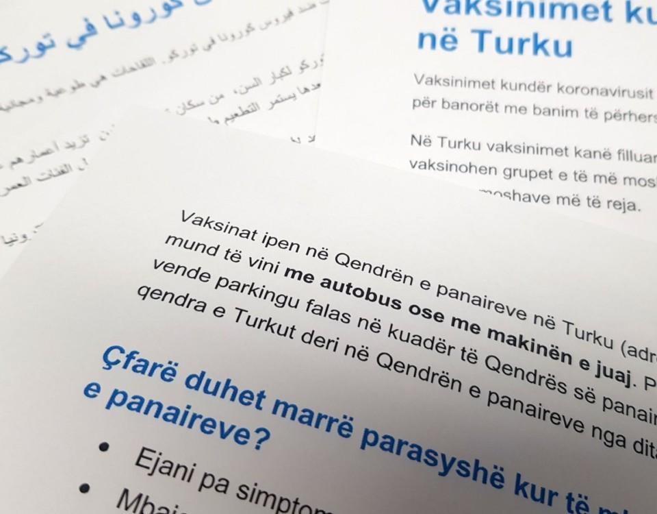 Papper med coronainformation på olika språk