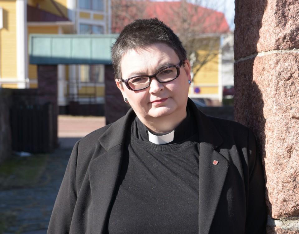 Kvinna i prästkläder.