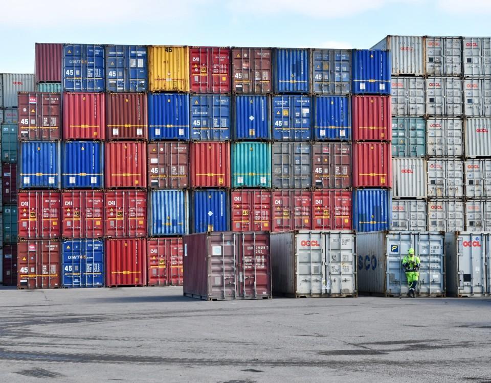en massa containrar radade på varandra