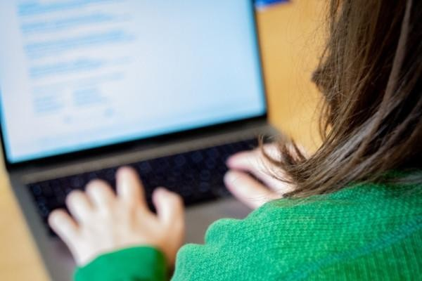 en dator och en kvinna