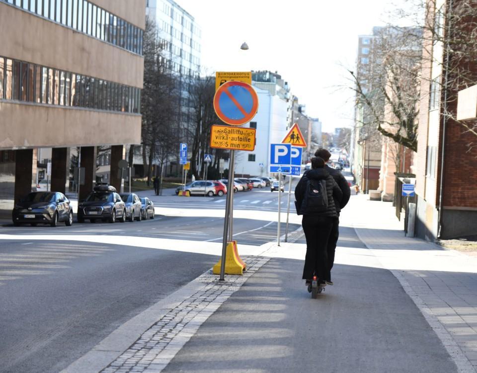 en gata med många trafikmärken