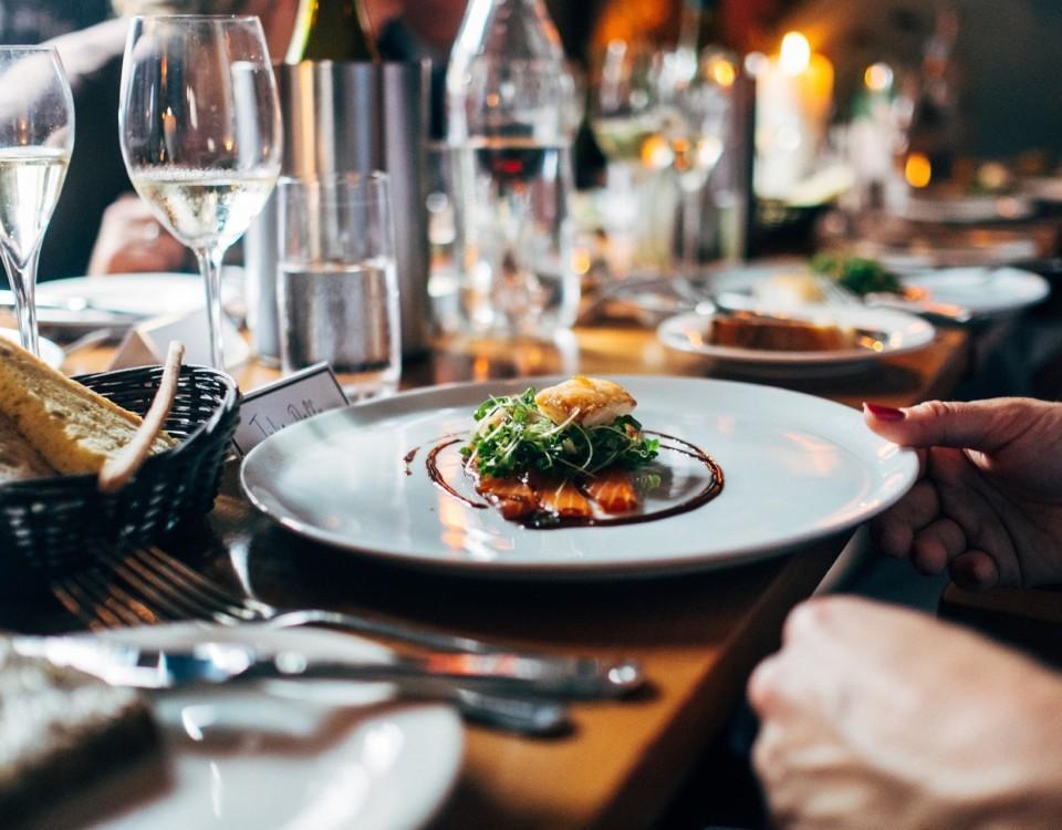Mat på en tallrik på en restaurang.